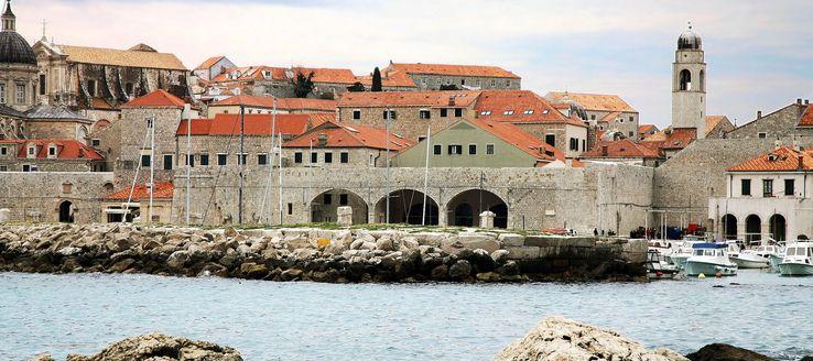 Der Stadthafen von Dubrovnik ist eine Anlage aus dem 15. Jahrhundert und liegt direkt an der Stadtmauer von Dubrovnik an der südkroatischen Küste der Adria. Der Stadthafen ist ein Teil der Altstadt von Dubrovnik.